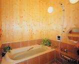 天然石・青森ヒバ板貼りの浴室